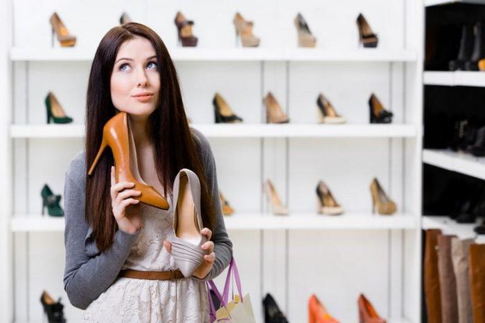 Многие женщины хранят «лодочки» прямо на рабочем месте – так, на всякий деловой случай