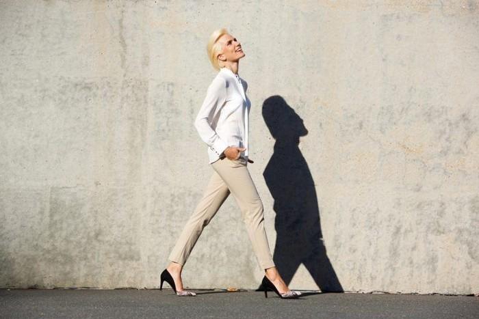 Слегка укороченные брюки подходят практически любому типу фигуры.  Главное, чтобы были не слишком широкими, но и не «в облипку»