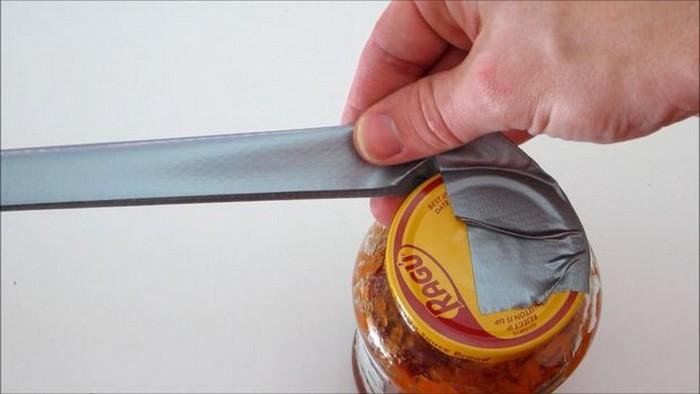 Следующие сантиметров 15 ленты подверните и слепите вдвое – так вы сделаете удобную «ручку»-рычаг (как на фото).