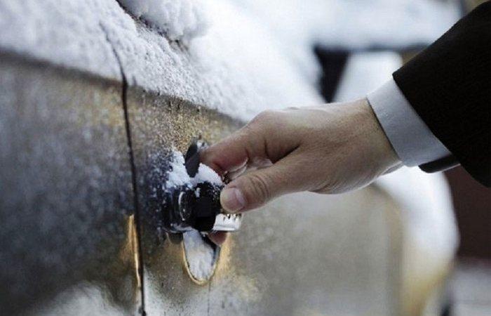 Если замок на автомобиле безнадёжно замёрз.