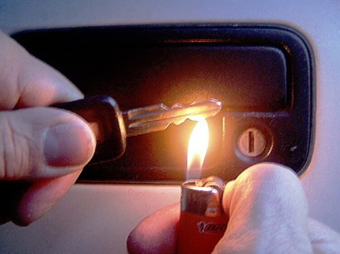 Прогрейте ключ над зажигалкой.