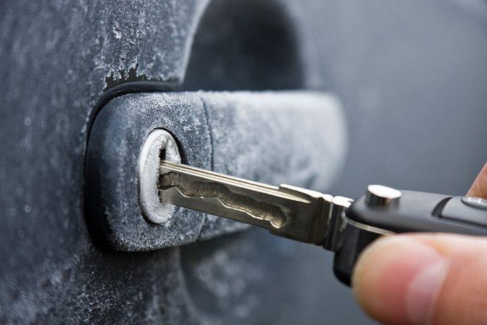 Вставьте ключ в скважину, пока тёплый.