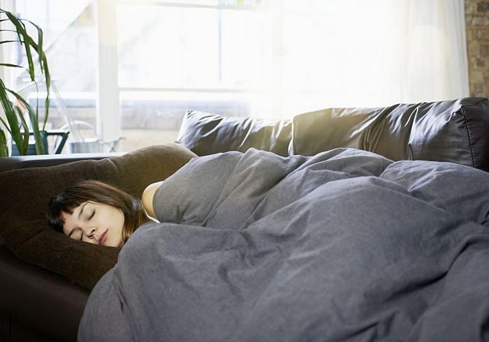 Спать на диване – не лучшая идея.