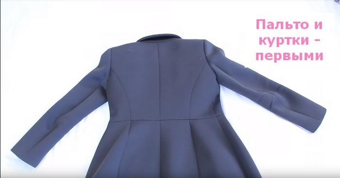 Положите пальто, куртку или другую самую объёмную вещь застёжкой вниз.