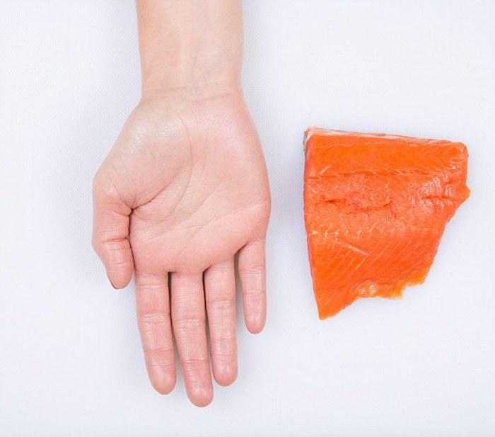 Порция красной рыбы.