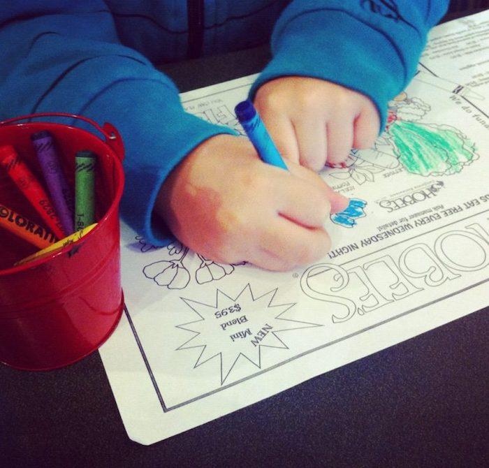 В американском общепите детям всегда выдают мелки и раскраски.
