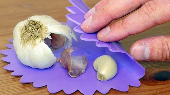 Как почистить чеснок за пару секунд и остаться с чистыми руками
