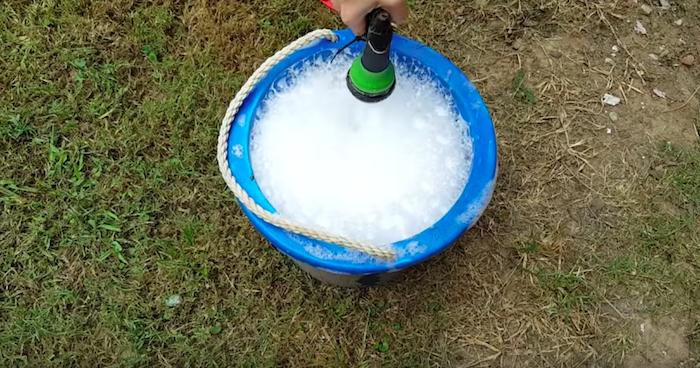 Заливаем воду, пока не получится пышная пенка.