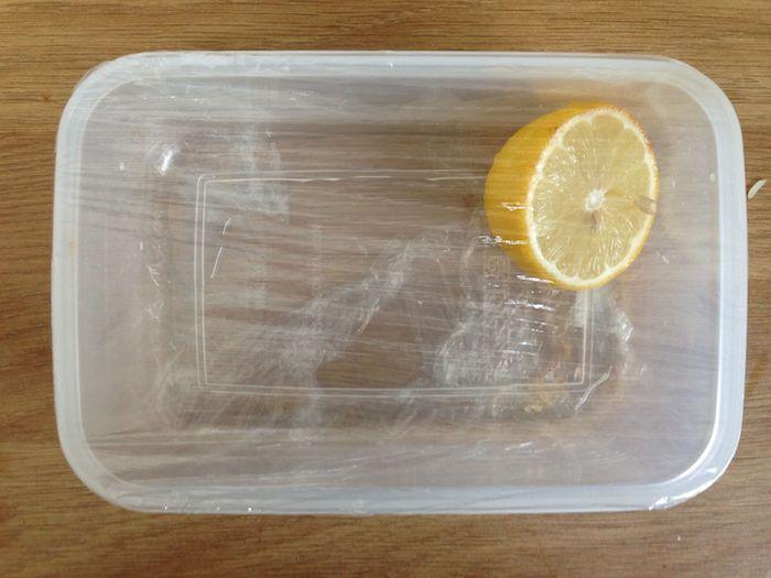 Продезинфицированный лимон кладут в контейнер без доступа воздуха.