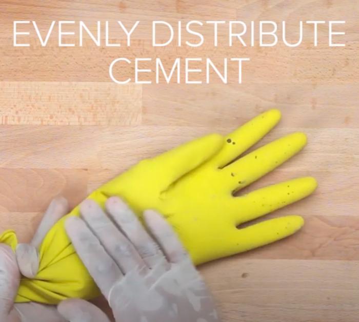 Равномерно распределите содержимое внутри перчатки.