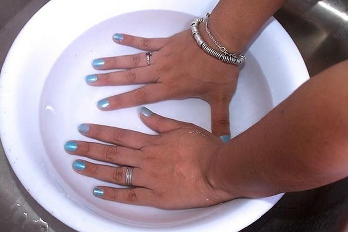Сушим ногти в воде