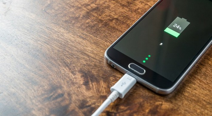 Пока телефон на зарядке, оставьте его в покое.