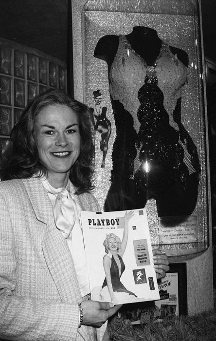 Дочка основателя Playboy Хью Хефнера держит в руках самый первый выпуск журнала с Мерлин Монро на обложке