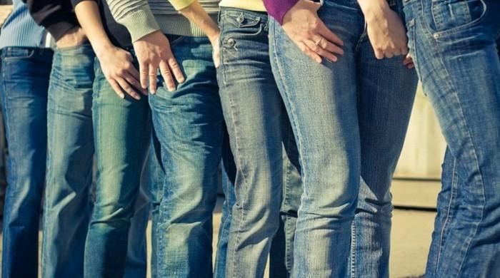 Такие разные классически синие джинсы.