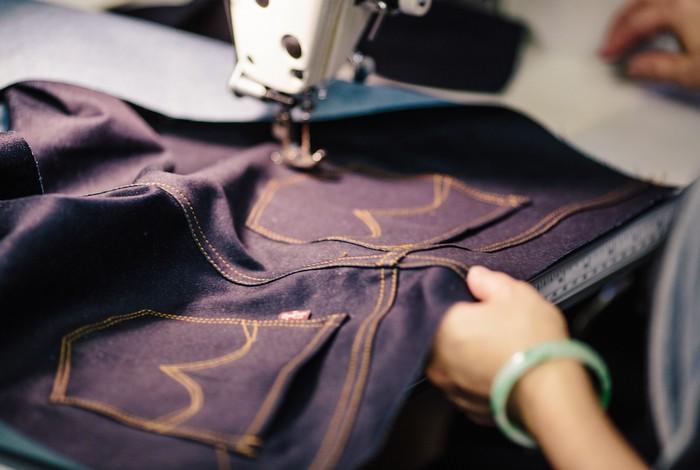 Сегодня можно купить джинсы любого цвета. Но синий остаётся классикой.