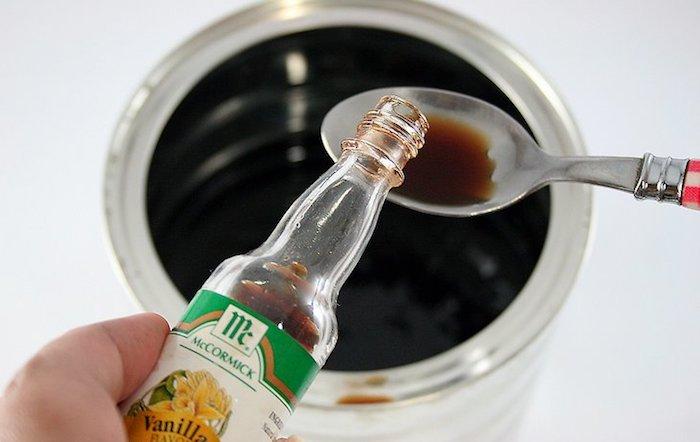 Экстракт ванили сделает запах краски как минимум терпимым.