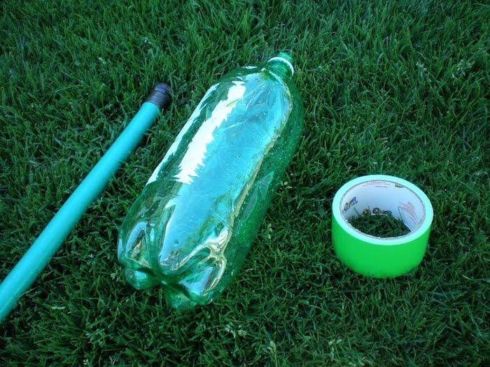 Ещё один вариант бюджетной поливалки можно сделать из пластиковой бутылки.