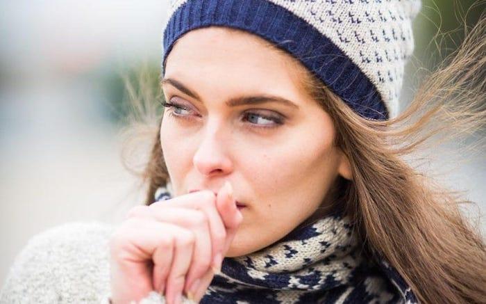 Во время респираторного заболевания бактерии оседают на слизистой губ.