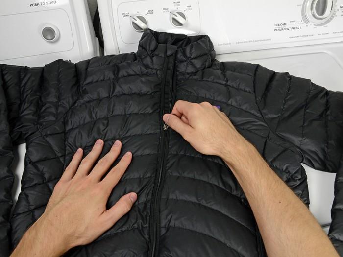 Обязательно выверните куртку наизнанку и застегните молнию.