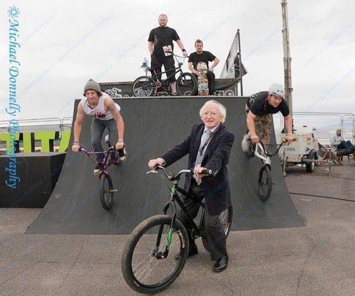 Хиггинс на спортивном велосипеде.