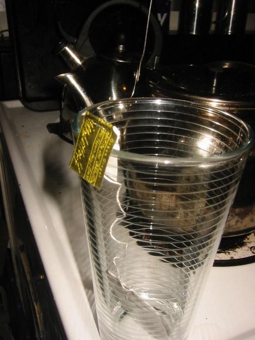 Как сделать так, чтобы нитка от чайного пакетика не падала в чашку