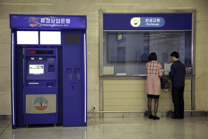 Банкомат в здании банка - лучшее решение.