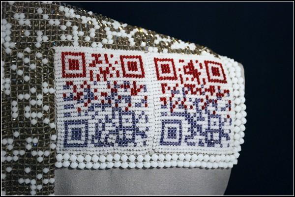 Платье «QR U?» с матричным кодом в этно-стиле