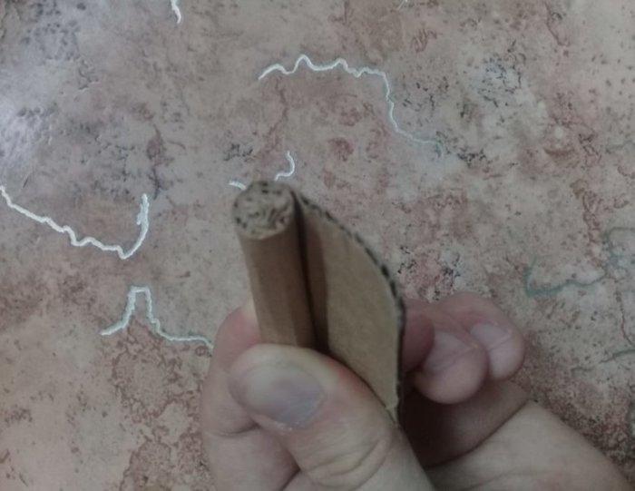 Сворачивайте картон в «сигару» и фиксируйте нитками.