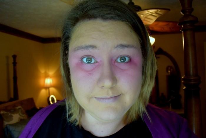 В её случае лёгкий консилер не перекрыл цвет помады…