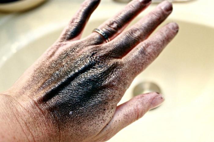 Как быстро стереть следы от краски в баллончике с кожи