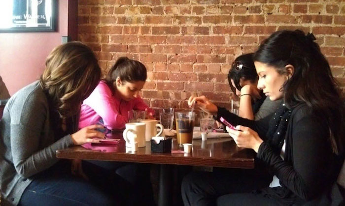 Раньше в кафе и ресторанах было куда более шумно и весело.