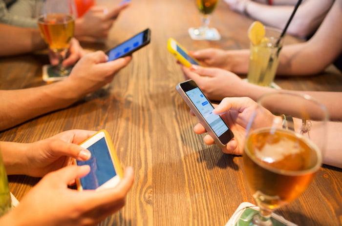 Во многих кафе уже можно получить скидку, если отказаться от мобильного телефона на время визита.