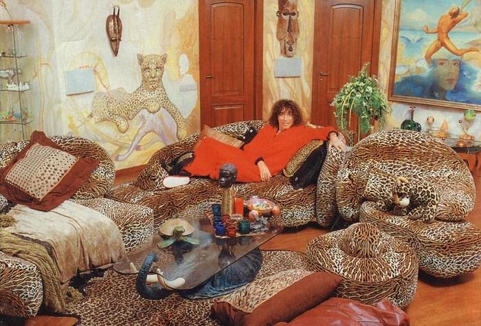 Трёхэтажная квартира в старом московском доме, в которой живёт певец и много хищных принтов.