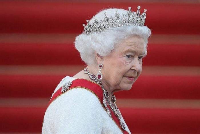 Чтобы корона не упала.