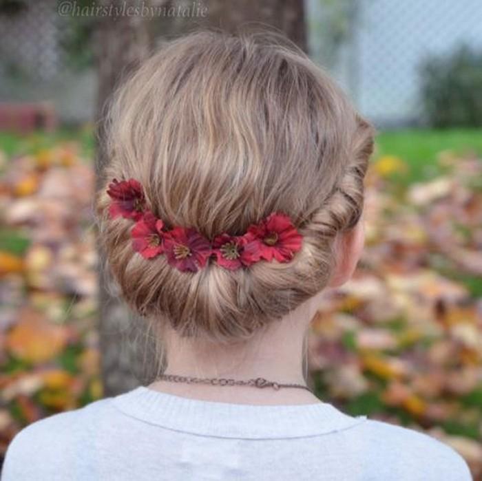 Подсказка: сделать эту причёску будет ещё проще, если использовать резинку-повязку для волос, обернуть пряди вокруг неё и зафиксировать шпильками