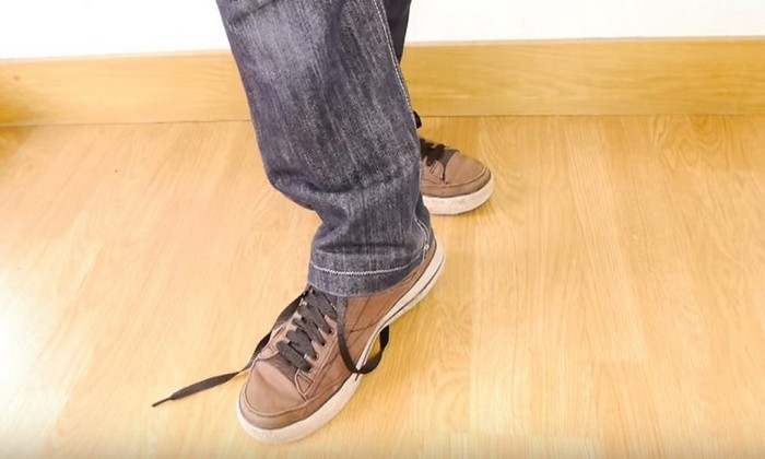 Как завязать шнурки без помощи рук