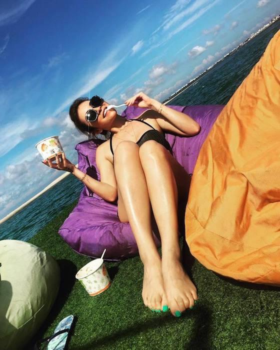 Своим секретом молодости красотка считает ежедневную защиту от солнца.