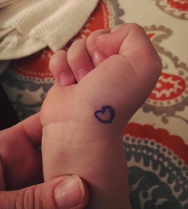 Лиз нарисовала сердце на запястье малыша…