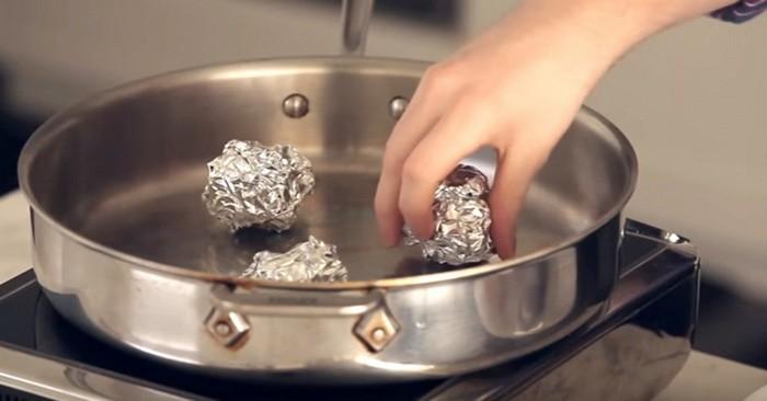 Шарики из фольги на дне кастрюли или глубокой сковородки.