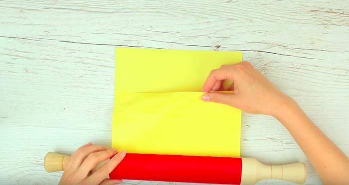 Оборачиваем скалку плотной бумагой.
