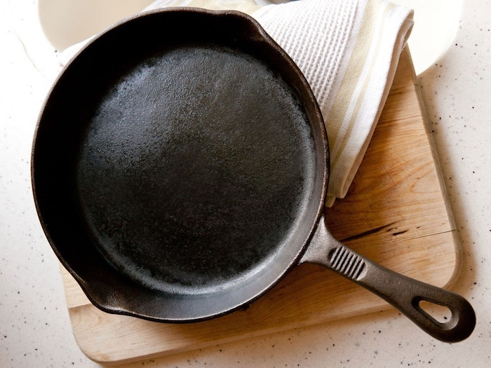 Сковорода с антипригарным покрытием готова.
