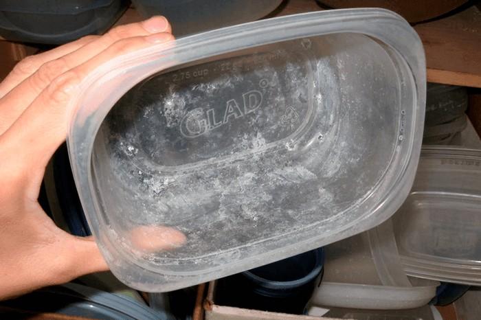 Налёт на посуде от жёсткой воды.