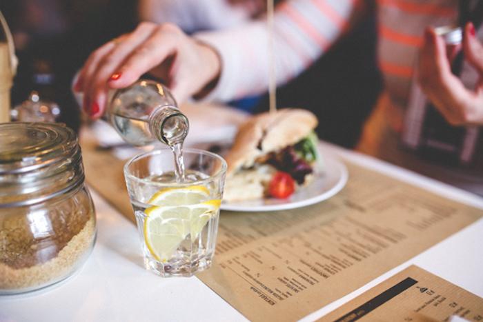 Запивать еду – вредная привычка.