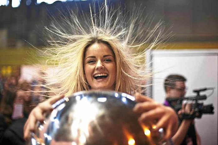 Статическое электричество – боль всех блондинок. И не только.