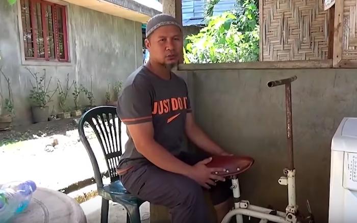 Мужчина соединил стиральную машинку и старенький велосипед.