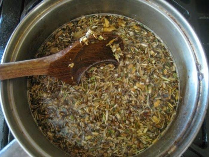 Нарезанная мелко сушеная полынь заливается водкой и прогревается.
