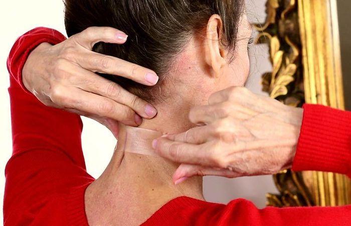 Странные бьюти-примочки, или Для чего женщины приклеивают скотч на шею