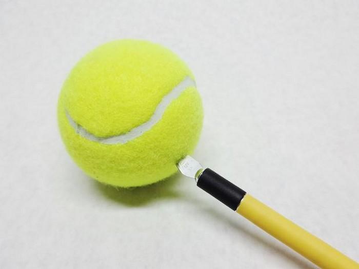 На спор: как поместить теннисные мячи в бутылку с узким горлом