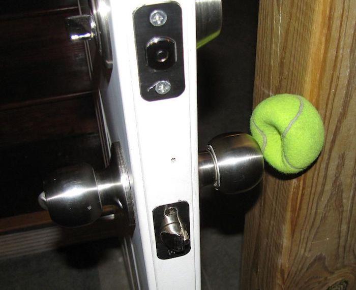 «Смягчитель» для дверной ручки.