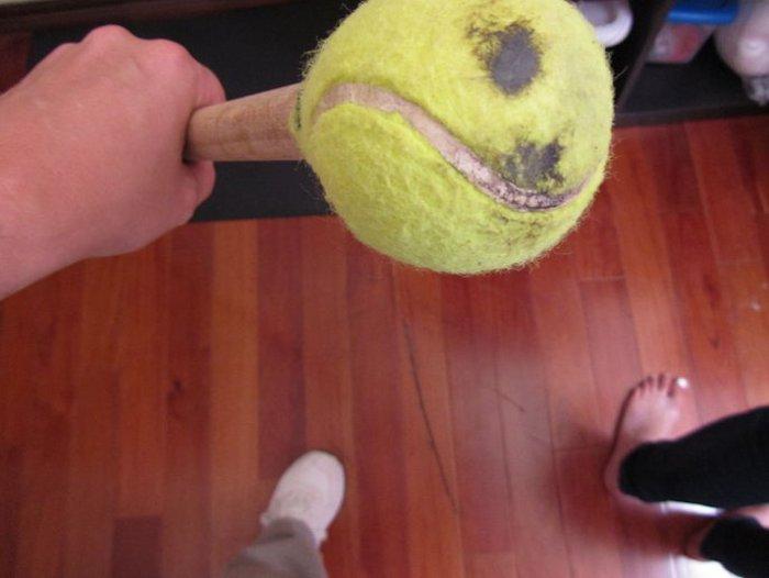 Теннисный мяч как «ластик» для пола.